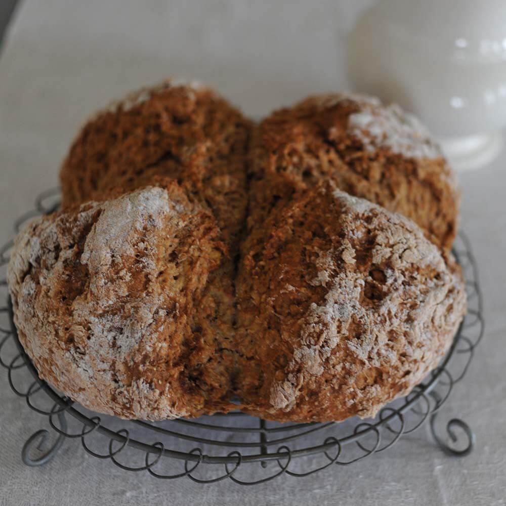 soda bread ingesneden in vieren